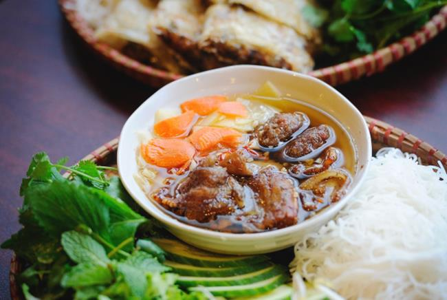 khach nuoc ngoai to mo ve nhung mon an viet nay 1